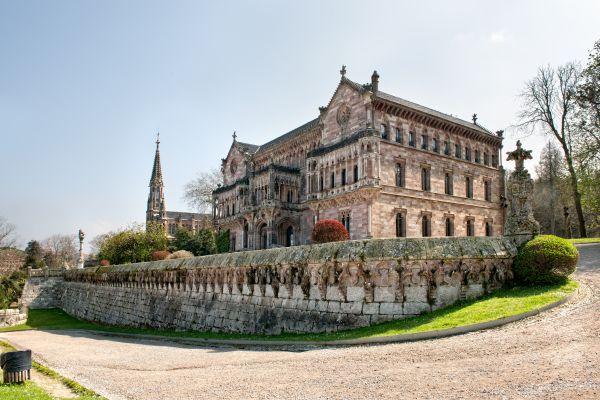 PALACIO DE SOBRELLANO CON LA CAPILLA DE FONDO EN COMILLAS